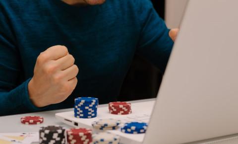 online-gambling-young-man-on-betting-websitejpg