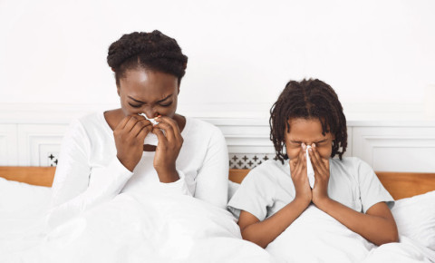 flu-cold-tissue-sick-black-family-child-mom-bed-illness-sneeze-cough-cold-123rf