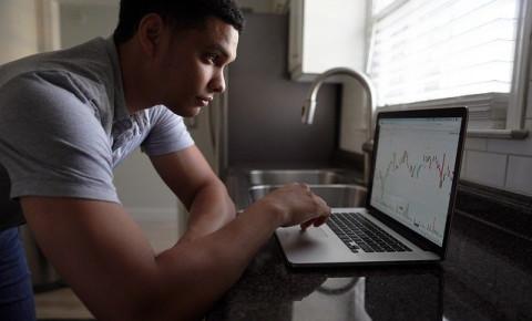 young-man-computer-stock-tradingjpg