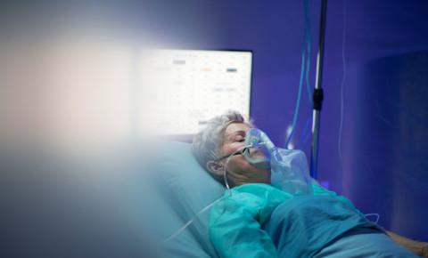 Infected patient respirator ICU Covid-19 virus 123rf
