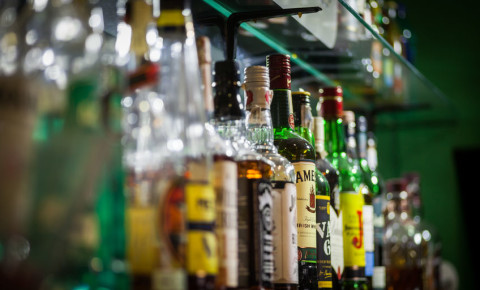 liquor-trader-outlet-alcohol-sales-booze-ban-spirits-bottle-bar-tavern-pub-123rf