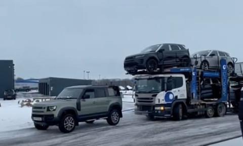 2021-01-28 Landrover pulls transporter