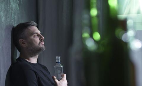 Lonely man drinking alcohol festive season holiday depression 123lifestyle 123rf