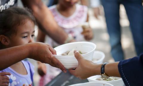 Feeding children in need feeding scheme poverty 123rf
