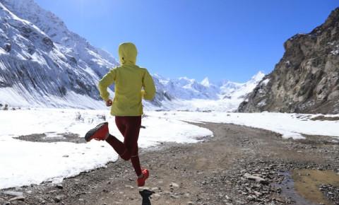 marathon-running-in-snowy-mountainsjpg