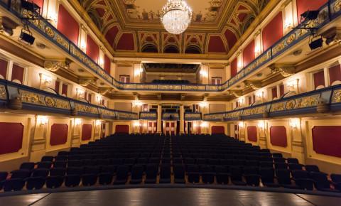 Empty theatre seats 123rf