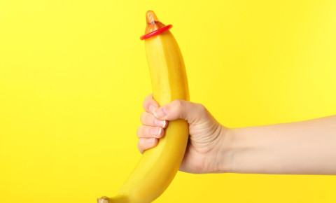 Banana-with-condom-yellow-background-Safe-sex-concept-STI-STD-sexuality- 123rf