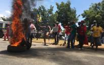 EFF and ANC protesters burn tyres at the Hoërskool Overvaal in Vereeniging on 17 January, 2018. Picture: EWN