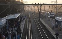 FILE: Rail commuters wait on a platform at Mutual Station in Cape Town. Picture: Aletta Harrison/EWN