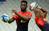 Springbok captain Siya Kolisi (L) passes the ball as he takes part in a training session at the Stade de France Stadium in Saint-Denis, north of Paris on 9 November 2018, on the eve of the international rugby union test match against France. Picture: AFP