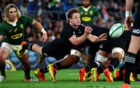 New Zealand's Brad Weber dives to pass the ball as South Africa's Faf de Klerk looks on during the Rugby Championship match on 2 October 2021. Picture: AFP