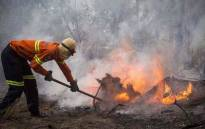 FILE: Fire crews battle flare-ups in the Knysna mountains using both helicopters and ground teams. Picture: Thomas Holder/EWN.