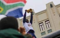 Springbok Captain Siya Kolisi lifts the Webb Ellis Cup for PE fans to see on Sunday, 10 November 2019. Picture: Kayleen Morgan/EWN