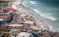 Hundreds of beachgoers enjoy a perfect day on Muizenberg on 2 January 2015. Picture: Aletta Gardner/EWN.