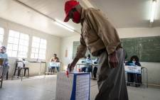 FILE: A voter placing their ballot paper inside a ballot box after casting their vote at the Rantailane Secondary School, in Ga-Rankuwa on 19 May 2021. Picture: Boikhutso Ntsoko/Eyewitness News