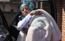 A teary eyed Kelly Khumalo, Senzo Meyiwa's girlfriend, arrives at her home a day after the soccer star's tragic shooting. Picture: Vumani Mkhize/EWN.