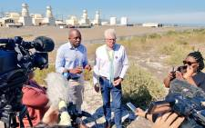 FILE: DA leader Mmusi Maimane, accompanied by Western Cape premier candidate Alan Winde, unveils an alternative energy plan in the Western Cape to 'Keep the Lights On'. Picture: @Our_DA/Twitter