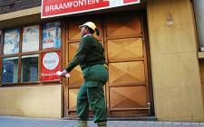 A security gurard walks past a closed Braamfontein Post Office in Johannesburg. Picture: Taurai Maduna/Eyewitness News