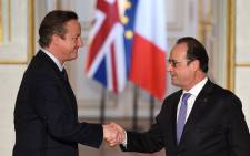 French President Francois Hollande (right) and British Prime Minister David Cameron shake hands after a joint statement following talks on 23 November 2015 at the Elysee Presidential Palace in Paris. Picture: AFP.