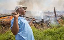 Volunteers from neighbouring farms helped farmworkers and firefighters to keep the flames at bay at the Muratie Wine Estate on 22 January 2016. Picture: Aletta Harrison/EWN.