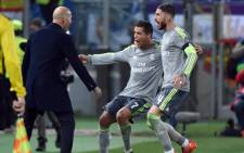 Real Madrids Cristiano Ronaldo celebrates with his teammates and his head coach Zinedine Zidane after scoring the 0-1 goal during the UEFA Champions League Round of 16 first leg soccer match between AS Roma and Real Madrid CF at the Olimpico stadium in Rome, Italy, 17 February 2016. EPA/ETTORE FERRARI