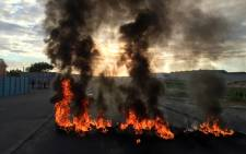 FILE: An eyewitness has told EWN that demonstrators have barricaded roads in Klipspruit with rocks and burning tyres. Picture: Thomas Holder/EWN