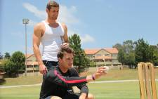 Proteas cricketer Dale Steyn and Olympic gold medalist Cameron van der Burgh go toe to toe in a game of cricket. Picture: Vumani Mkhize/EWN