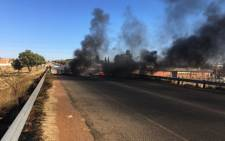 The R557 in Ennerdale was blocked during protests on 19 July 2019. Picture: Edwin Ntshidi/EWN.