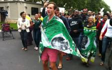 Scores of South Africans have taken to the streets to pay tribute to Nelson Mandela. Picture: Sebabatso Mosamo/EWN.