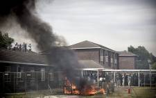 Forming a barricade with fencing and burning furniture and rubbish, students stood off against police at the University of the Western Cape. Picture: Thomas Holder/EWN