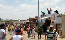 A group of looters breaking into a foreign-owned store in White City, Soweto on 22 January 2014. Picture: Gia Nicolaides/EWN