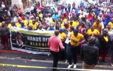 Members of the Ses'Khona People's Rights Movement protest outside the Western Cape High Court against an application by the DA to have Hlaudi Motsoeneng's appointment set aside. Picture: EWN.