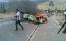 A car is set alight by striking farmworkers in De Doorns, Western Cape. Picture: @BOSBEER2006 (twitter)