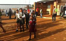 FILE: Pupils arrive for their first day of school at the newly built Chief Albert Luthuli Primary School in Daveyton on 13 January 2016. Picture: Kgothatso Mogale/EWN.