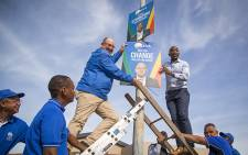 "FILE: ""DA leader Mmusi Maimane (R) and Nelson Mandela Bay mayoral candidate Athol Trollip (L) fix a placard to a lamp post in Bethelsdorp, Port Elizabeth, on 24 June 2016. Picture: Aletta Harrison/EWN."