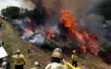 Working on Fire members battle a blaze in the Waboomskraal area and on slopes of Outeniqua Mountain above Witfontein Plantation on 29 October 2018. Picture: @wo_fire /Twitter