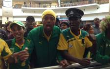 Hundreds of fans packed the arrivals hall at OR Tambo International Airport to catch a glimpse of their favourite Bafana Bafana players on 20 November 2014. Picture: Vumani Mkhize/EWN.