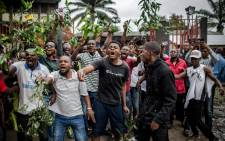 Protesters waiting to cast their ballot, demonstrate outside the College St Raphael polling station, in Kinshasa, on 30 December 2018. Picture: AFP.