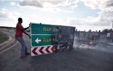 Protesters from the township called Top Village can be seen blocking the main road leading into Mahikeng as they continue to call for the removal of Premier Supra Mahumapelo on 19 April 2018. Picture: Ihsaan Haffejee/EWN