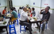 Barack Obama and the late Anthony Bourdain share a drink. Picture: @BarackObama/Twitter