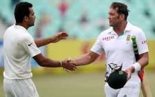 India's Zaheer Khan (L) shakes hands with South Africa's Jacques Kallis on Day 4 of the second and final cricket Test match between India and South Africa at the Sahara Stadium Kingsmead in Durban on December 29, 2013. Picture: AFP.
