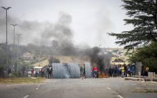 Protesting residents barricade Robert Broom Drive in Krugersdorp. Picture: Thomas Holder/EWN.