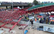 FILE: The scaffolding of a pedestrian bridge under construction in Sandton collapsed on the M1 highway on Wednesday, killing 2 people and injuring at least 23 others. Picture: Christa Eybers/EWN.
