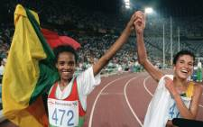 Ethiopia's Deratu Tulu (L) and Elana Meyer of South Africa join hands in a victory lap after the women's 10,000 meter final at the 1992 Summer Olympic Games in Barcelona, 07 August 1992. Tulu won the Olympic gold medal and Meyer took the silver. Picture: Pascal Pavani / AFP