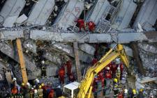 Rescuers search for survivors from a collapsed building following a 6.4 magnitude earthquake in Tainan City, southern Taiwan, 7 February 2016. Picture: EPA/RITCHIE B. TONGO