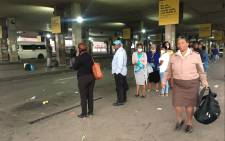 People queue for taxis at the Baragwanath taxi rank on 27 March 2020. Picture: Kgomotso Modise/EWN