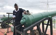 Former Chief Petty Officer Dudley Malgas demonstrates the firing of Cape Town's noon gun on Signal Hill. Picture: Kaylynn Palm/EWN