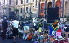 Mourners outside Cape Town City hall paying tributes to former president Nelson Mandela. Picture: Siyabonga Sesant/EWN.