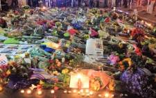 Flowers, candles and tributes at the Nelson Mandela Square in Sandton. Picture: EWN.