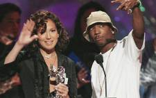 Jennifer Lopez and Ja Rule wave to the audience after accepting the Best Hip-Hop Video Award at the MTV Video Music Awards on 29 August 2002. Picture: AFP